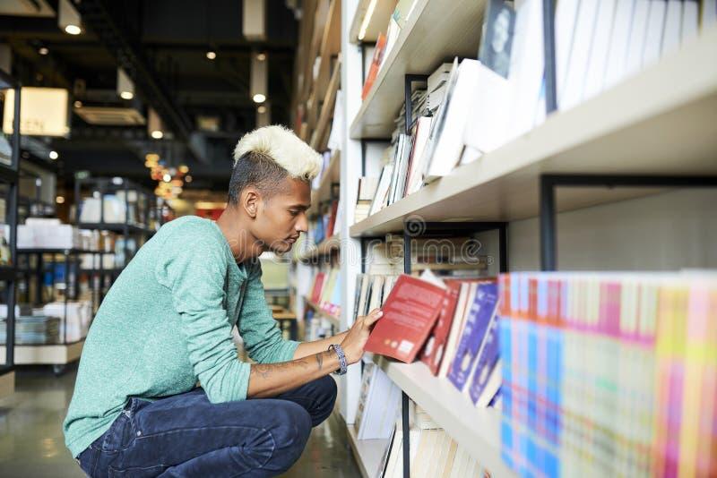 Μαύρο περιεχόμενο ανάγνωσης σπουδαστών του βιβλίου στο κατάστημα στοκ φωτογραφία με δικαίωμα ελεύθερης χρήσης