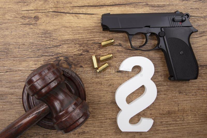 Μαύρο πιστόλι με το σύμβολο παραγράφου στοκ φωτογραφίες με δικαίωμα ελεύθερης χρήσης
