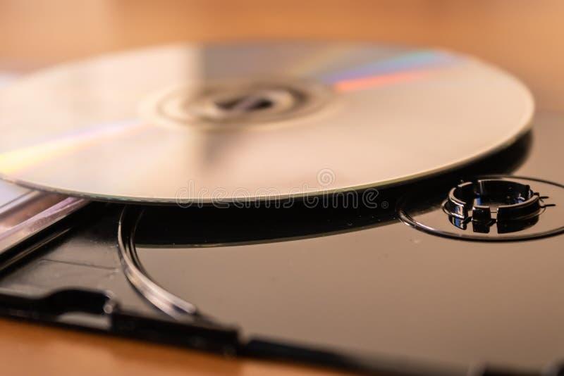 Μαύρο πλαστικό κιβώτιο δίσκων του CD DVD με την κινηματογράφηση σε πρώτο πλάνο δίσκων του CD στοκ εικόνα με δικαίωμα ελεύθερης χρήσης