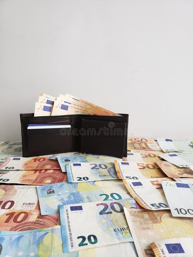μαύρο πορτοφόλι δέρματος και ευρωπαϊκά τραπεζογραμμάτια των διαφορετικών μετονομασιών στοκ εικόνες με δικαίωμα ελεύθερης χρήσης