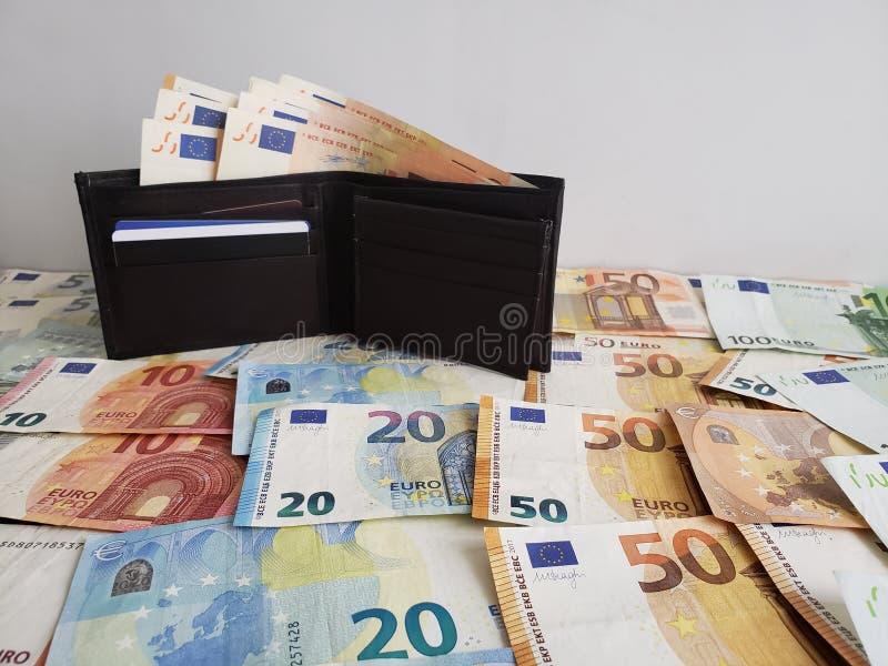 μαύρο πορτοφόλι δέρματος και ευρωπαϊκά τραπεζογραμμάτια των διαφορετικών μετονομασιών στοκ εικόνα με δικαίωμα ελεύθερης χρήσης