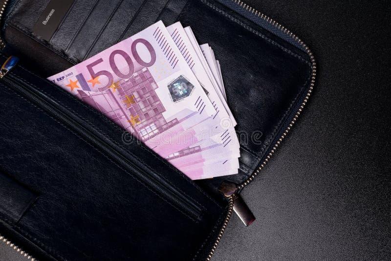 μαύρο πορτοφόλι δέρματος με το ευρώ στοκ εικόνα