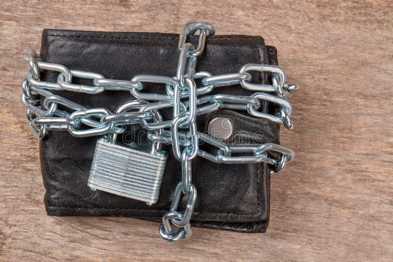 Μαύρο πορτοφόλι δέρματος που κλειδώνεται με την αλυσίδα στοκ φωτογραφία