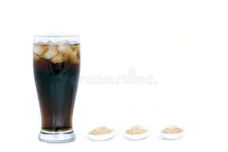 Μαύρο ποτό (κόλα) και ζάχαρη πέρα από το μαρούλι πέρα από το άσπρο υπόβαθρο στοκ εικόνα
