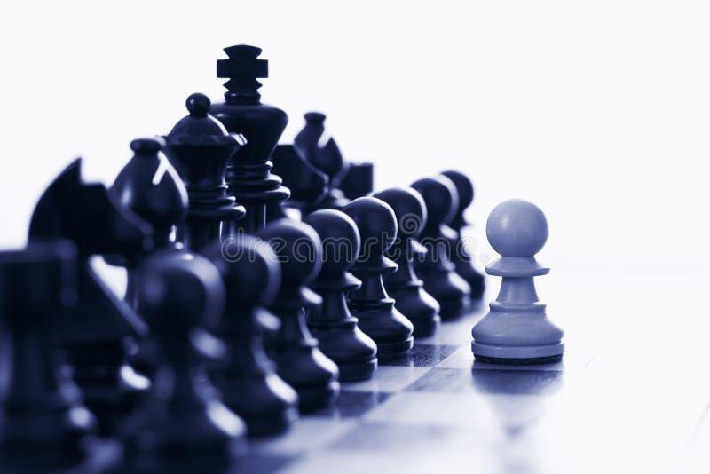 μαύρο προκλητικό λευκό κομματιών ενέχυρων σκακιού στοκ εικόνα