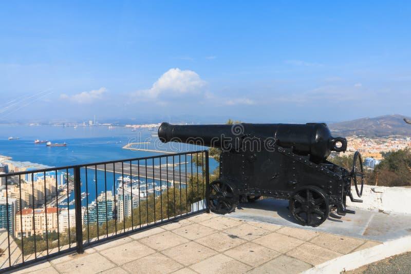 Μαύρο πυροβόλο που στοχεύει στη θάλασσα, ο βράχος, Γιβραλτάρ στοκ εικόνες