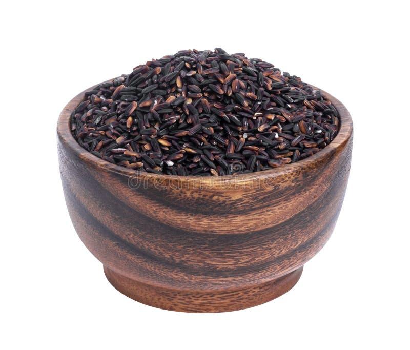 Μαύρο ρύζι στο ξύλινο κύπελλο που απομονώνεται στο άσπρο υπόβαθρο στοκ εικόνα