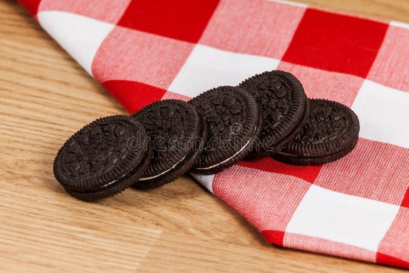 Μαύρο σάντουιτς μπισκότων με την κρέμα γεύσης βανίλιας στοκ φωτογραφία με δικαίωμα ελεύθερης χρήσης