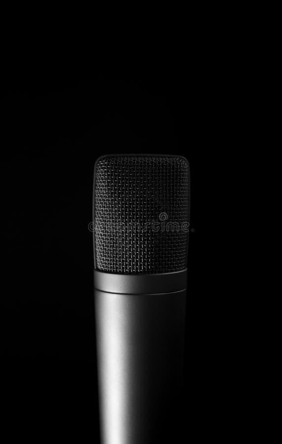 Download μαύρο στενό απομονωμένο μικρόφωνο ανασκόπησης πέρα από επάνω Στοκ Εικόνα - εικόνα από ήχος, πλάνο: 22780007