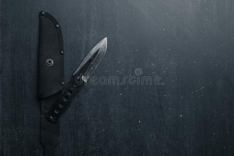 Μαύρο τακτικό μαχαίρι στο μαύρο υπόβαθρο στρατιωτικός στοκ φωτογραφία