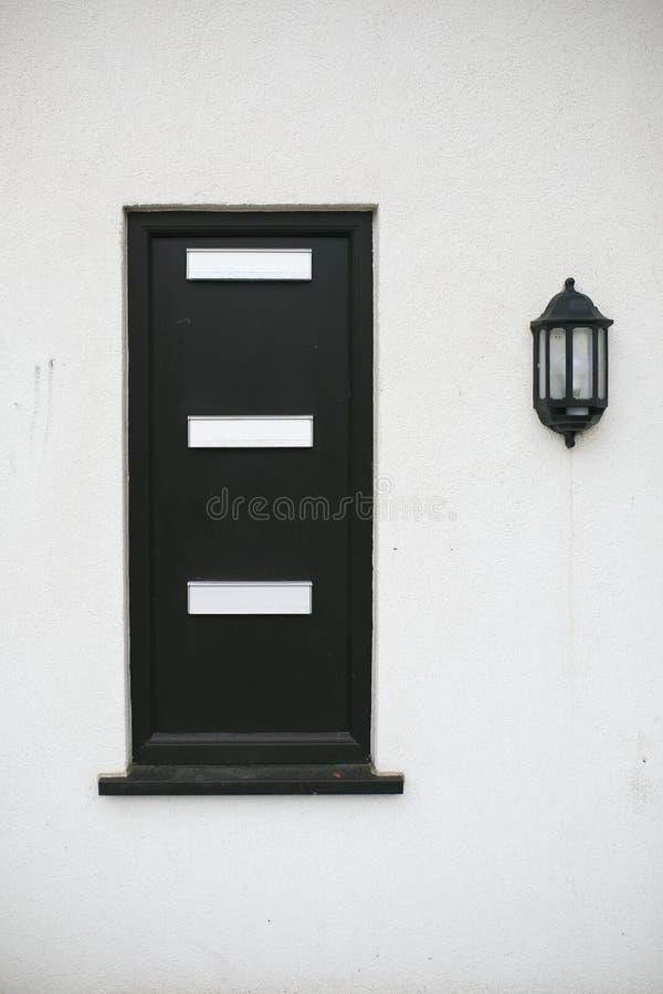 Μαύρο ταχυδρομικό κουτί σε έναν άσπρο τοίχο στοκ εικόνες με δικαίωμα ελεύθερης χρήσης