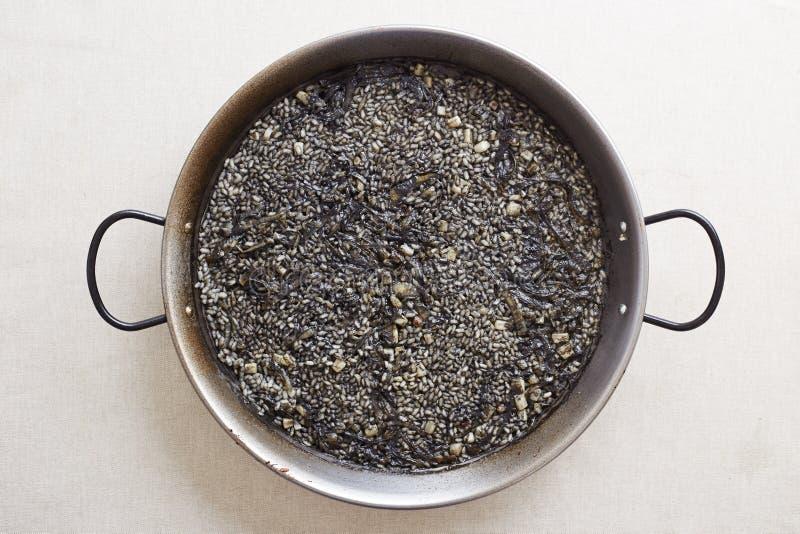 Μαύρο τηγάνι ρυζιού καλαμαριών στοκ φωτογραφίες