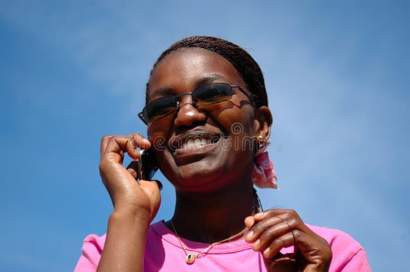 μαύρο τηλέφωνο κοριτσιών στοκ εικόνα με δικαίωμα ελεύθερης χρήσης