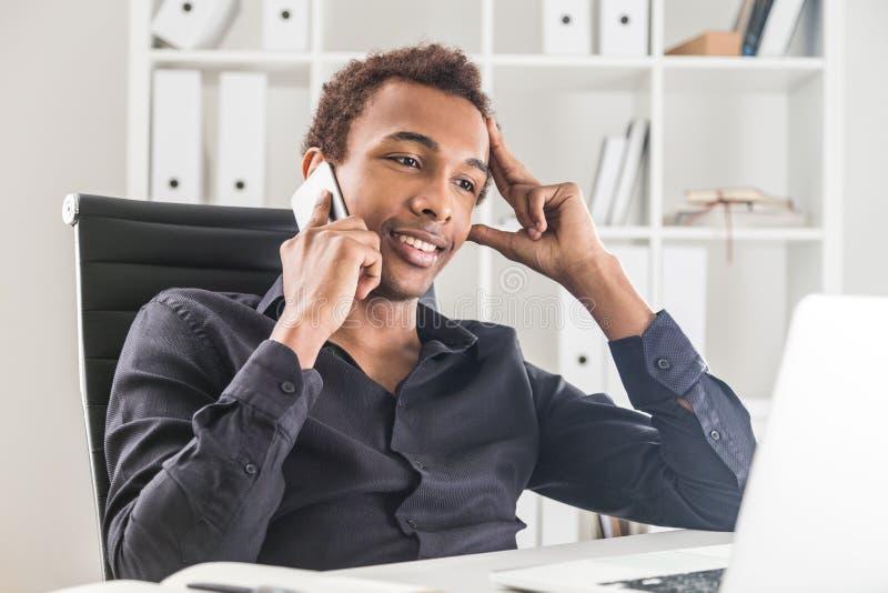 μαύρο τηλέφωνο επιχειρηματιών στοκ εικόνες