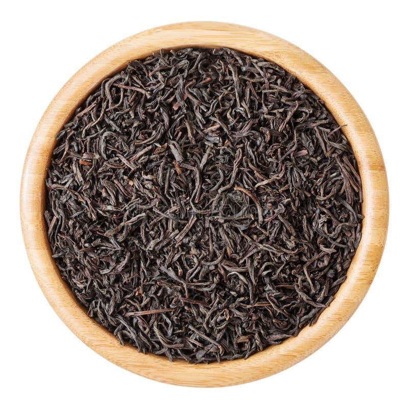 Μαύρο τσάι στο ξύλινο κύπελλο που απομονώνεται στο άσπρο υπόβαθρο στοκ εικόνες με δικαίωμα ελεύθερης χρήσης