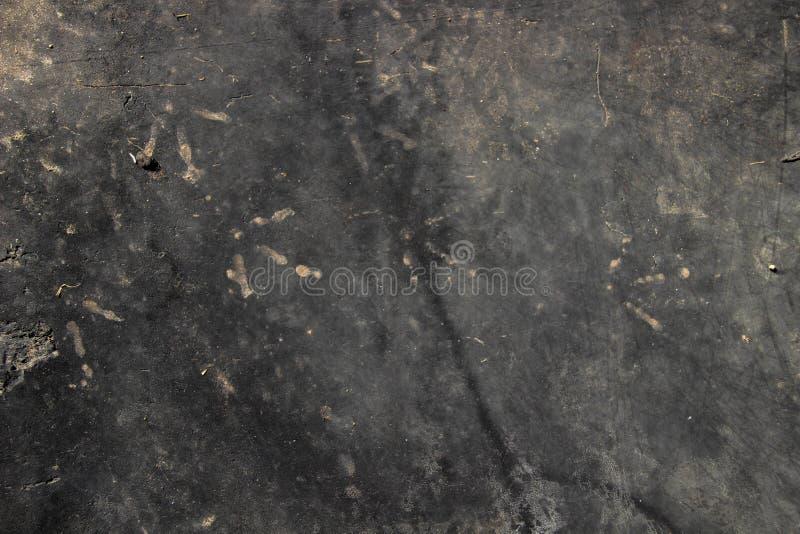 Μαύρο υπόβαθρο με τα ίχνη ποδιών κοτόπουλου στοκ εικόνες με δικαίωμα ελεύθερης χρήσης