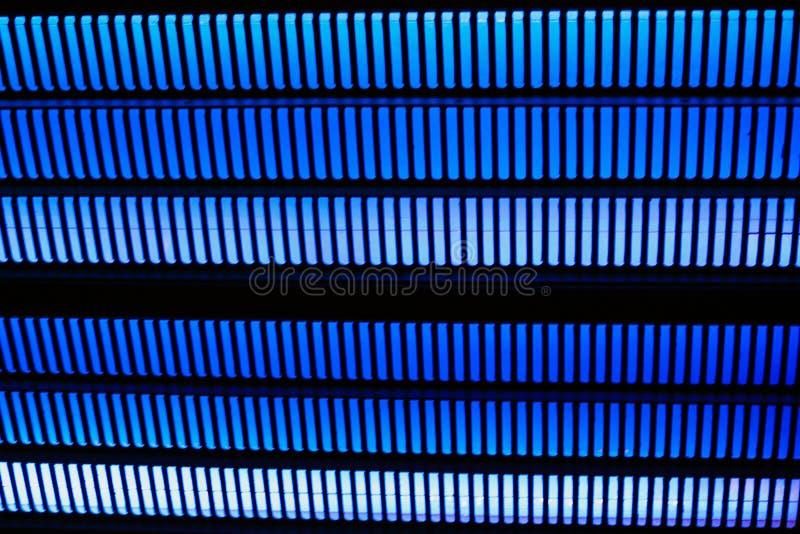 Μαύρο υπόβαθρο με τις σειρές των ζωηρών μπλε παχιών γραμμών στοκ εικόνες με δικαίωμα ελεύθερης χρήσης