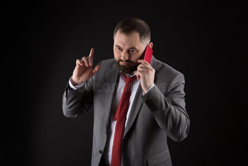 Μαύρο υπόβαθρο στάσεων φίλων κλήσης τύπων Κινητή έννοια κλήσης Το επίσημο κοστούμι ατόμων καλεί κάποιο Κινητή συνομιλία κλήσης Κι στοκ εικόνες