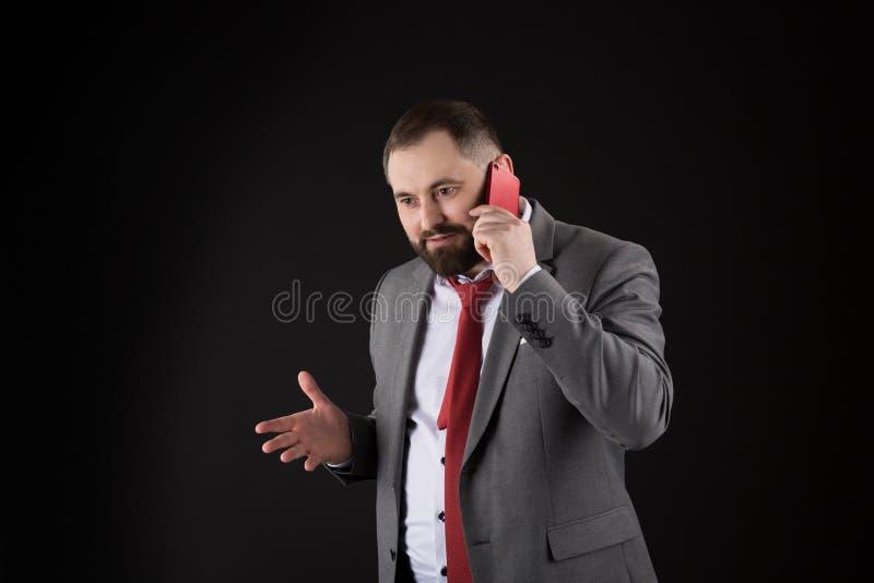 Μαύρο υπόβαθρο στάσεων φίλων κλήσης τύπων Κινητή έννοια κλήσης Το επίσημο κοστούμι ατόμων καλεί κάποιο Κινητή συνομιλία κλήσης Κι στοκ εικόνα