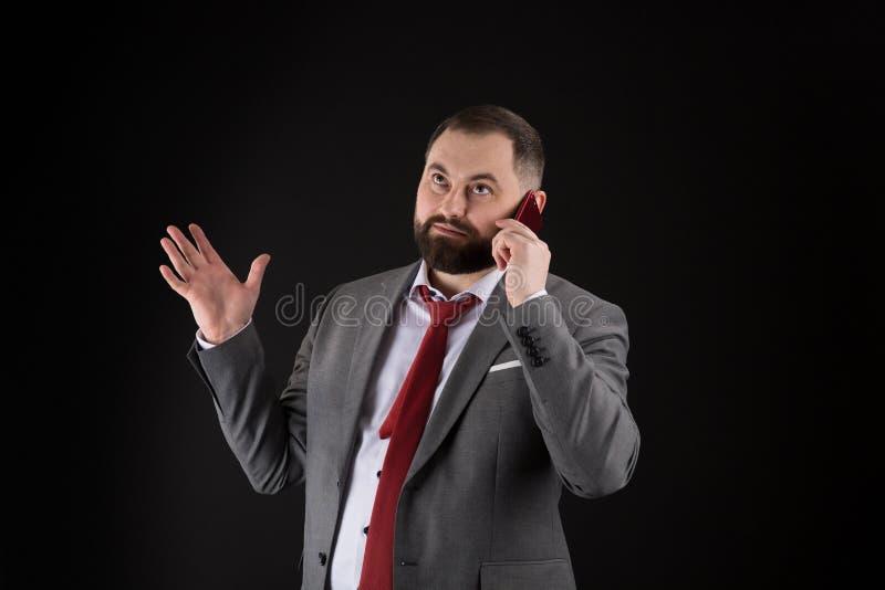 Μαύρο υπόβαθρο στάσεων φίλων κλήσης τύπων Κινητή έννοια κλήσης Το επίσημο κοστούμι ατόμων καλεί κάποιο Κινητή συνομιλία κλήσης Κι στοκ φωτογραφία με δικαίωμα ελεύθερης χρήσης