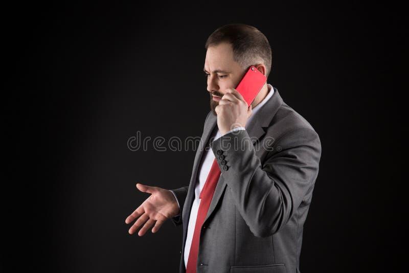 Μαύρο υπόβαθρο στάσεων φίλων κλήσης τύπων Κινητή έννοια κλήσης Το επίσημο κοστούμι ατόμων καλεί κάποιο Κινητή συνομιλία κλήσης Κι στοκ εικόνα με δικαίωμα ελεύθερης χρήσης