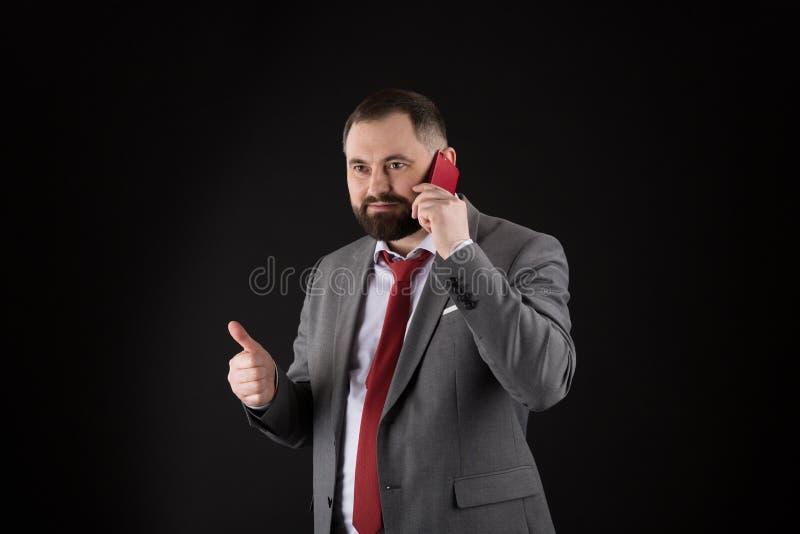 Μαύρο υπόβαθρο στάσεων φίλων κλήσης τύπων Κινητή έννοια κλήσης Το επίσημο κοστούμι ατόμων καλεί κάποιο Κινητή συνομιλία κλήσης Κι στοκ φωτογραφίες