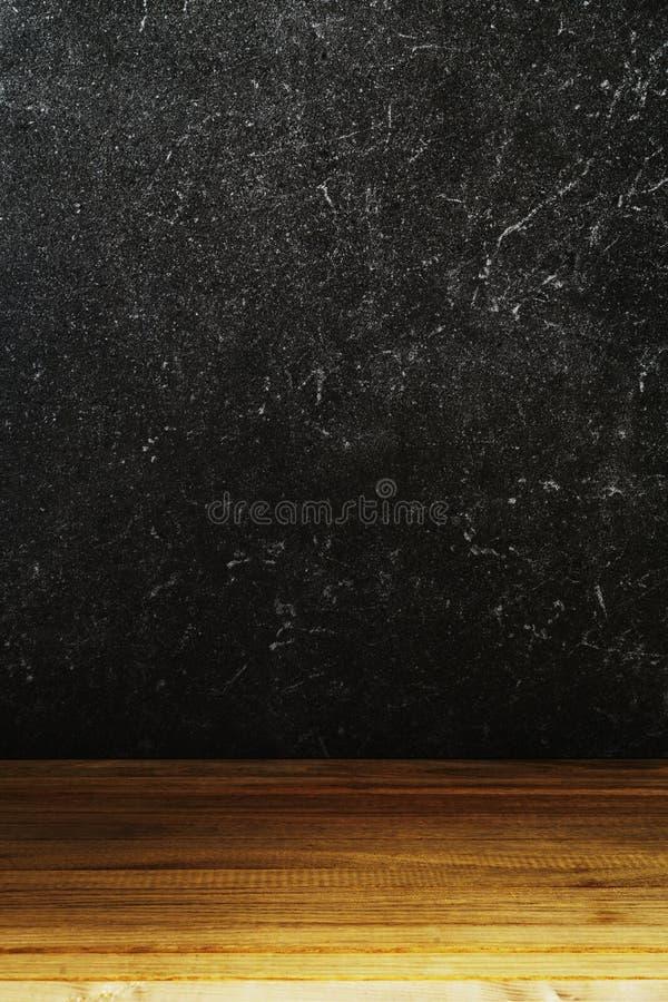 Μαύρο υπόβαθρο τοίχων πετρών και ξύλινος πίνακας στοκ φωτογραφίες