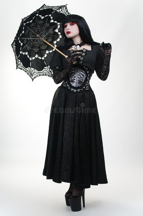 μαύρο φορεμάτων βαμπίρ ομπρελών κοριτσιών γοτθικό στοκ εικόνα
