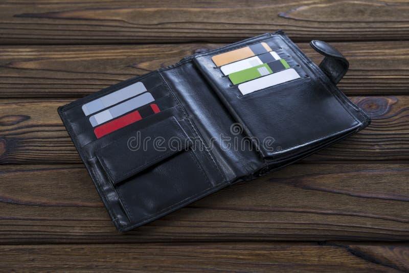 Μαύρο φυσικό πορτοφόλι δέρματος, σε ένα ξύλινο επιτραπέζιο υπόβαθρο στοκ εικόνα με δικαίωμα ελεύθερης χρήσης