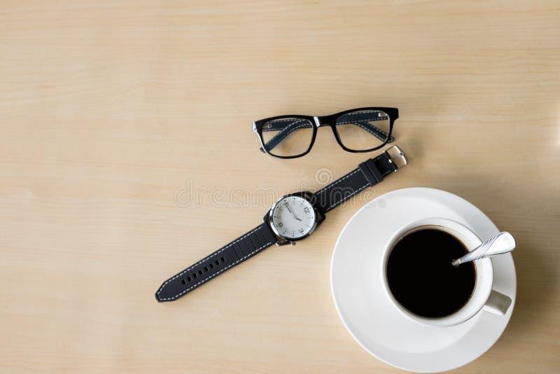 Μαύρο φλυτζάνι καφέ στο ξύλινο υπόβαθρο στοκ εικόνες