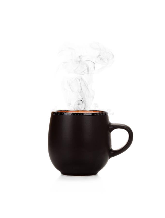 Μαύρο φλυτζάνι του τσαγιού ή του καφέ που απομονώνεται του βρασίματος στον ατμό στο λευκό στοκ φωτογραφίες