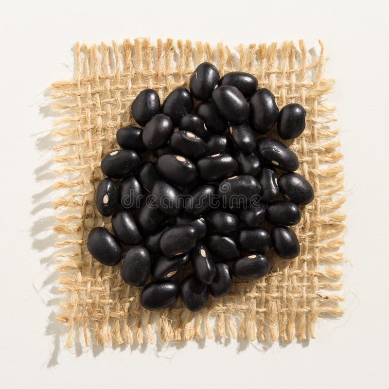 Μαύρο όσπριο φασολιών χελωνών Κλείστε επάνω των σιταριών πέρα από burlap στοκ εικόνες