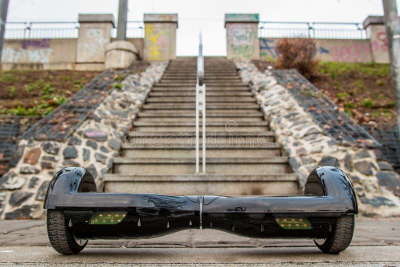 Μαύρο hoverboard στα πλαίσια των σκαλοπατιών στοκ εικόνα