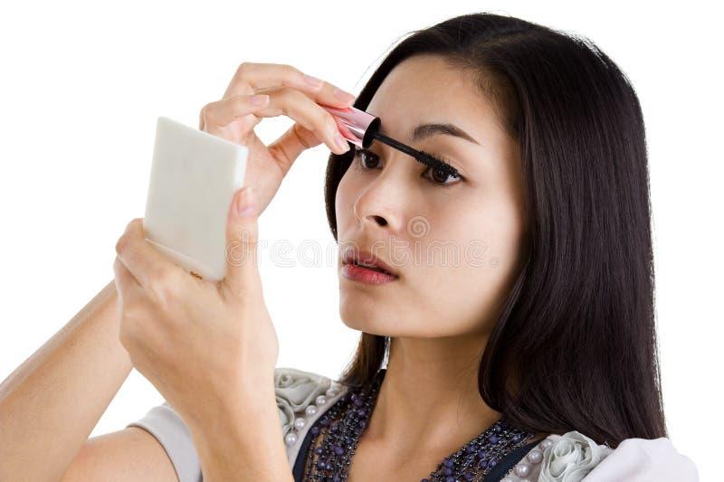 μαύρο mascara που βάζει τις νεο& στοκ εικόνες με δικαίωμα ελεύθερης χρήσης