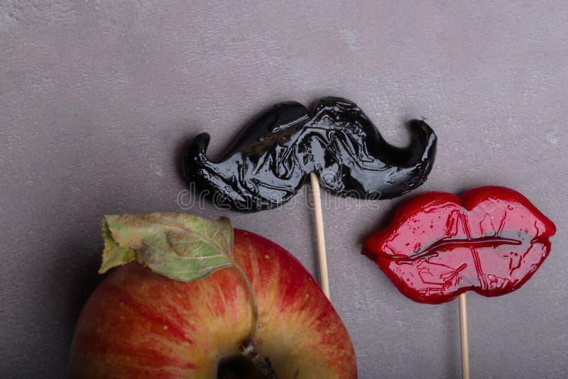 Μαύρο Mustache, κόκκινα χείλια, είναι μαζί η αγάπη, που απαγορεύουν τα φρούτα στοκ φωτογραφία με δικαίωμα ελεύθερης χρήσης