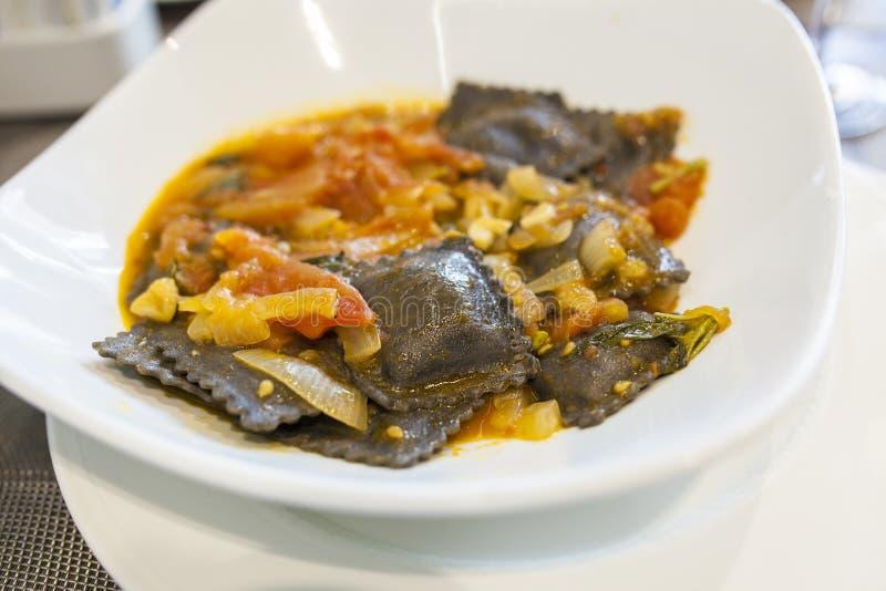 Μαύρο ravioli μελανιού καλαμαριών με τη φυσική σάλτσα ντοματών στοκ εικόνες με δικαίωμα ελεύθερης χρήσης