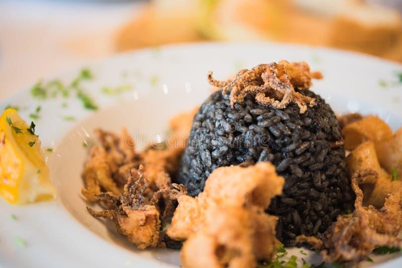 Μαύρο risotto με τα θαλασσινά στοκ εικόνες