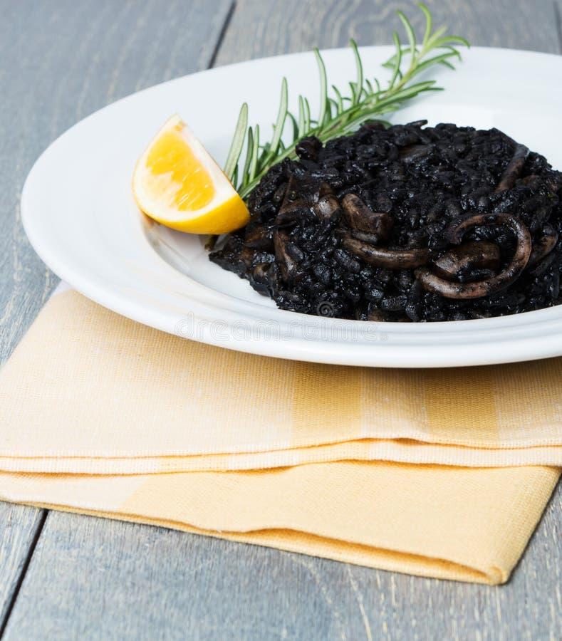 Μαύρο risotto με τα θαλασσινά στοκ φωτογραφίες με δικαίωμα ελεύθερης χρήσης