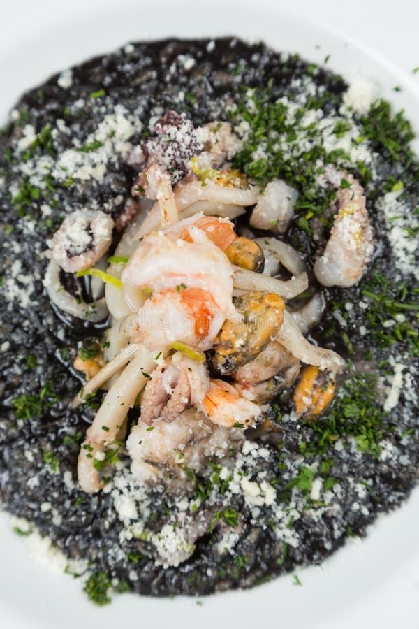 Μαύρο risotto με τα θαλασσινά στοκ εικόνα