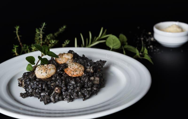 Μαύρο risotto με τα χορτάρια και την παρμεζάνα στοκ φωτογραφία με δικαίωμα ελεύθερης χρήσης