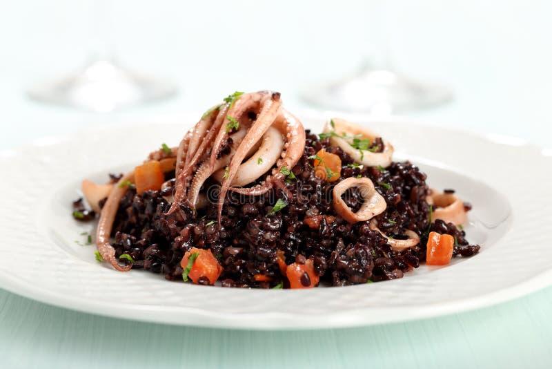 Μαύρο risotto με το καλαμάρι στοκ εικόνες
