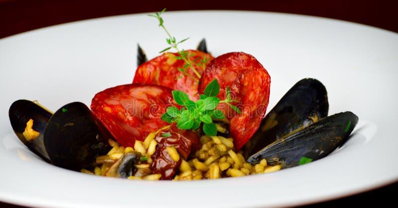 Μαύρο risotto μυδιών με chorizo στοκ εικόνες με δικαίωμα ελεύθερης χρήσης