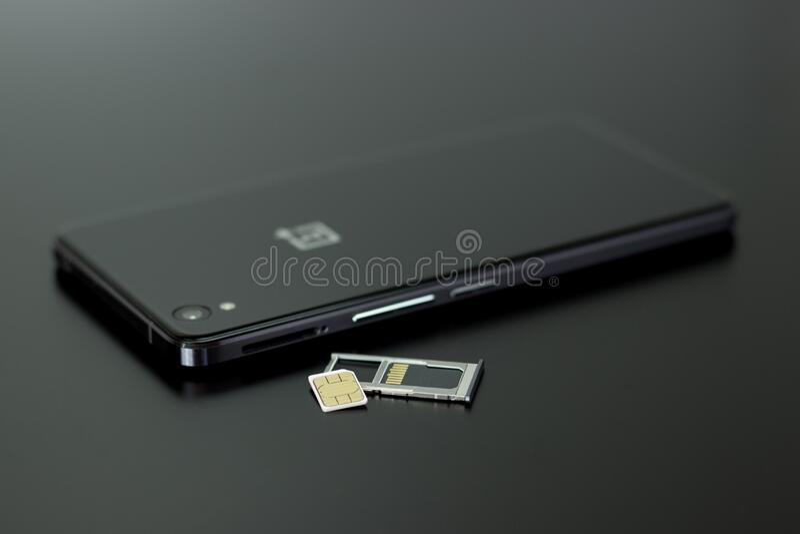 Μαύρο Smartphone σε μαύρο τραπέζι επάνω Ελεύθερο Δημόσιο Τομέα Cc0 Εικόνα