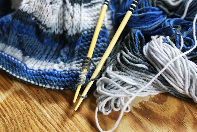 Μαλλί και πλέκοντας καλάθι βελόνων στοκ φωτογραφία