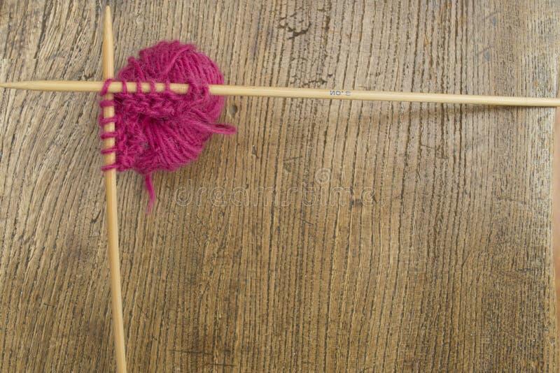 Μαλλί και πλέκοντας σύνορα βελόνων στοκ φωτογραφίες