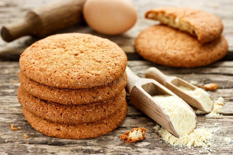 Μαλακά αμερικανικά μπισκότα από το αλεύρι καλαμποκιού στον παλαιό ξύλινο πίνακα στοκ φωτογραφίες