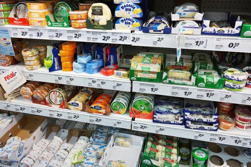 Μαλακά τυριά σε ένα κατάστημα στοκ φωτογραφίες
