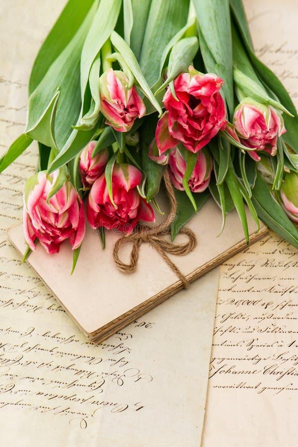 Μαλακές ρόδινες τουλίπες, παλαιές επιστολές αγάπης και κάρτες στοκ φωτογραφία με δικαίωμα ελεύθερης χρήσης