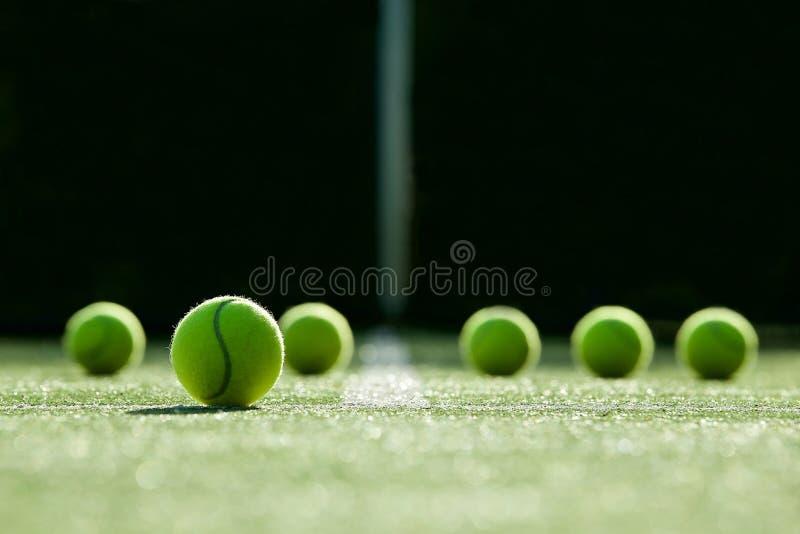 Μαλακή εστίαση της σφαίρας αντισφαίρισης στο δικαστήριο χλόης αντισφαίρισης στοκ εικόνα