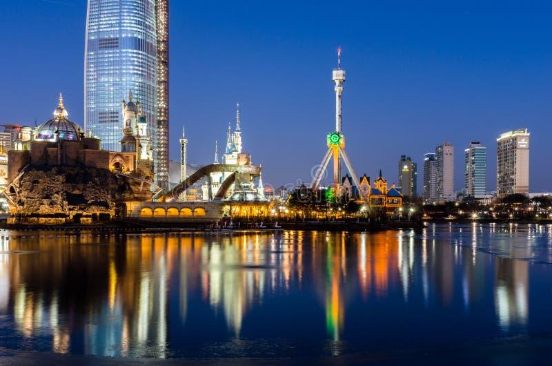 Μαλακός αντανάκλασης πόλεων της Σεούλ τη νύχτα που θολώνεται (μακροχρόνια έκθεση) στοκ εικόνα